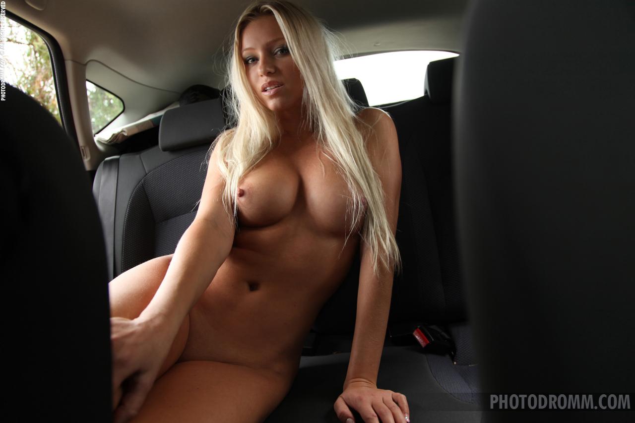 Девушка голая грудь в машине